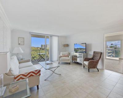 Sunny Corner Condo w/ Ocean View, Balcony, Pool, Gym, Beach Access - Palm Beach