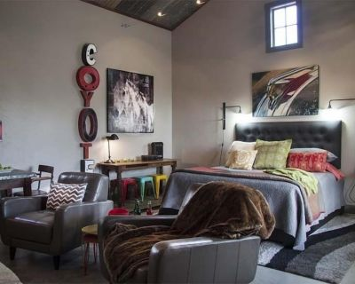 Double Deer Ranch- Coyote | Romantic Getaway - Fredericksburg
