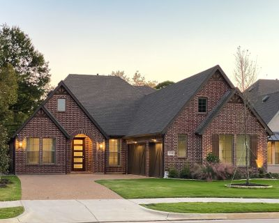 FunCation House -Walk to Stadiums 5 Bed Rooms Game Room Putting Green Hot Tub - Arlington
