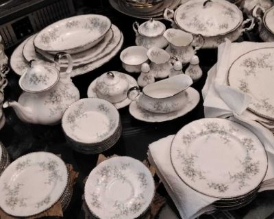 """PARAGON """"FLOURETTE"""" MADE in ENGLAND SERVICE for 10 PLUS FULL SERVICE 102 PIECES Everything is in Excellent Condition"""