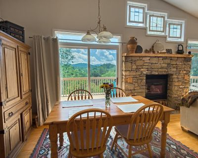 NEW LISTING! Let's Go to the Mountains! Deck Mtn Views, BBQ grill 15 min to AVL - Reems Creek