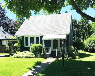 NEW! Facing the Historical Society Museum, Updated Vintage 3 bdrm, 1 bath, The Bluebird is beautiful retreat for up to 5 people - Old Town Historic District