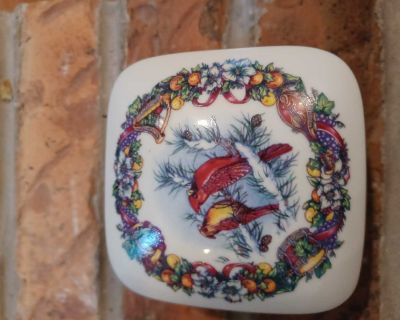 Fine Porcelain Music Box. Melodies of Christmas