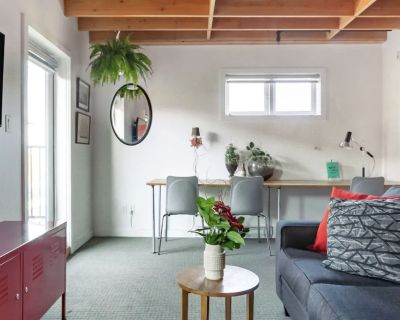 Bright Studio In Old Town District. Everything At Your Doorstep. - Downtown Victoria