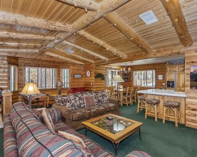 Moose Haven: Close to Snow Summit & the Village! Wood Burning & Gas Fireplace! WiFi! Gas BBQ! Spa! - Big Bear Lake
