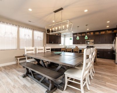 NEW! Sleeps 28! 6 Bed,7 Bath Home with Waterslide Park,Large Private Hot Tub! - Santa Clara