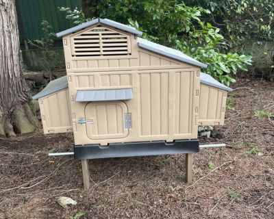 Snap lock chicken coop