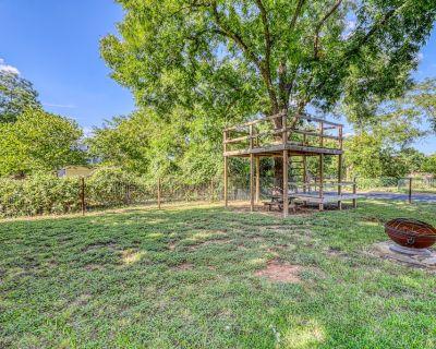 Dog-friendly Home w/ Backyard Firepit & Pergola, Free Wifi & Full Kitchen - Fredericksburg