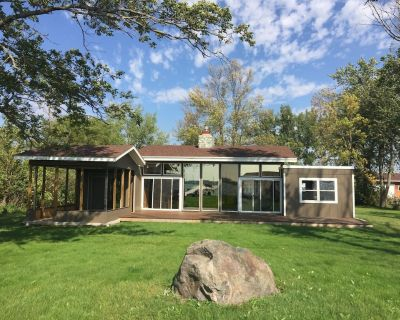 Cozy Lake House with water on 3 sides! Walking distance to the Golf Course! - Brookings County