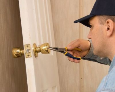 24 hours available Locksmith