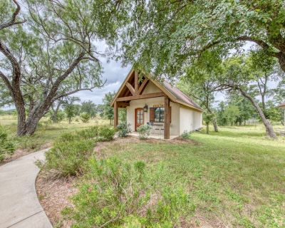 Lovely cottage with a deck & views, steps from wine tasting! - Fredericksburg