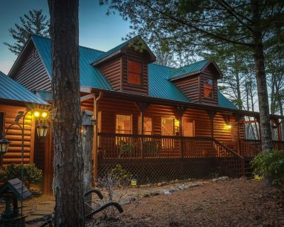 Very Private! 5Bed Luxury Lodge -Fire Pit, Hot Tub, Media/GameRoom, Pet Friendly - Morganton