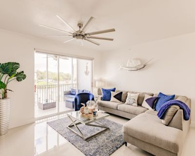 New! Beautiful Waterfront Condo, 2 Bed/ 2 Bath, Walk to Beach and Shops, Pool - South Island