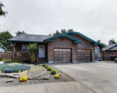 Dog-friendly home with private hot tub - near city park and beach access - Seaside
