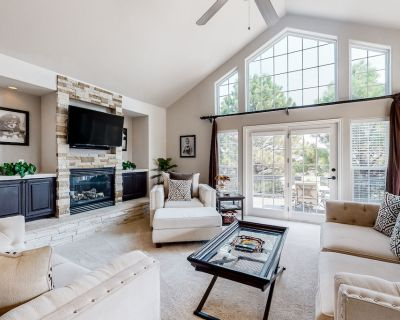 Bright & Spacious Home W/free Wifi, Gas Fireplace, Private Washer/dryer, & Patio - Monument