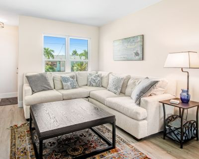 Canal Front Townhome W/ Screened Patio, Fast WiFi, Washer/Dryer & Central AC - Longboat Key