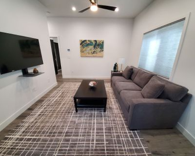 Gated 1BD-1BTH Unit/Queen Bed/Queen Sofa Bed/Parking/EV Charger - Northridge