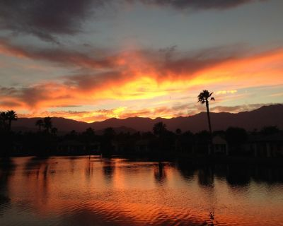 One of a Kind! Lake & Mountain Views, Fire Pit, Golf Cart and Bikes - Rancho Mirage