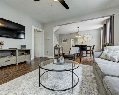 Family Getaway Queen Beds w/ Large Porch - Fountain Square