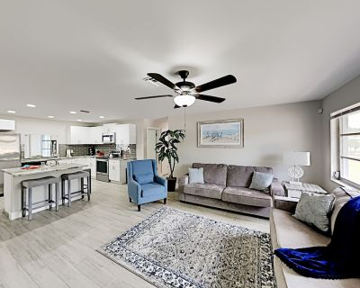 Modern Hideaway | Private Pool & Billiards Table | Walk to Shops & Eateries - Cape Coral