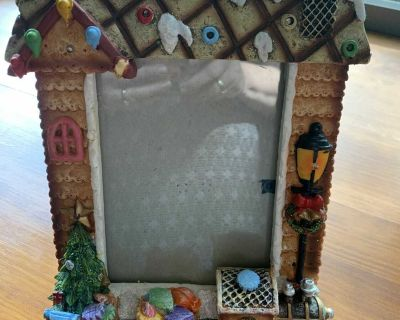 Christmas Frame with easel. Battery operated 2 AA batteries need. Lights up. Size 5 x 7 Excellent condition very clean smoke free