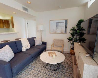 Wonderful West LA apartment off of Santa Monica Bl