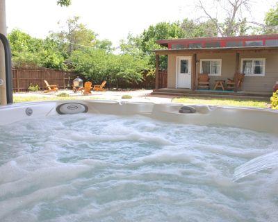 Tejas Haus - Backyard Retreat just 1 mile from Main St & Wine Shuttle! - Fredericksburg