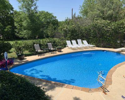 Heated Saltwater Swim Pool, Hot Tub, Game Room, BBQ's, Fire Pits, Arcade Games! - Keller
