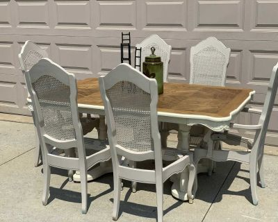 Vintage DINING TABLE, Seating for 6!