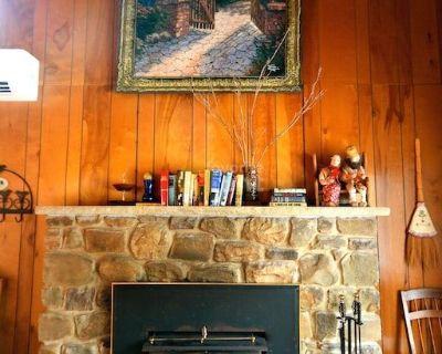 5 Bedrooms, 2 Baths, hot tub, sauna – Lake Harmony