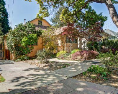 3 bedroom house 1 mi to Berkeley center