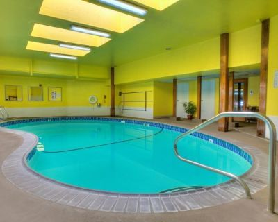 Family Friendly Vacation! Three 1 Bedroom Suite, Pool, Close to Attractions! - Downtown Reno