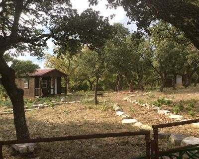 1 Room Cabin getaway, quiet country views, wildlife, picnic benches pet friendly - Kerrville