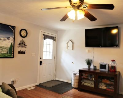 Cozy Updated Townhouse with Private Deck and Mountain Views - Woodland Park