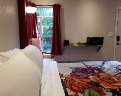 King bed, Private, Keurig, Pet Friendly, Kitchenette, Secure Parking. - Ingram Hills