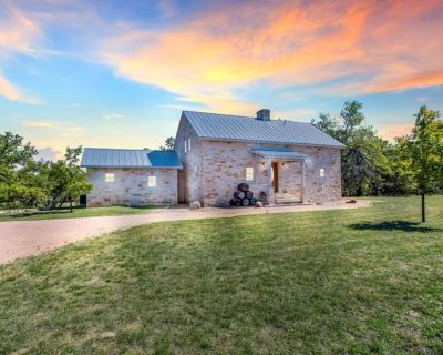 Peaceful Hill Country Lodge Close To Main St - Fredericksburg