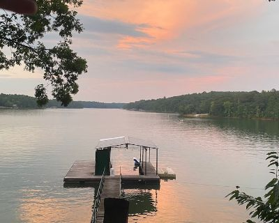 Lake Hartwell Cabin - Dock. Firepit. Private Boat Ramp. Secluded. Deep cove. - Reed Creek