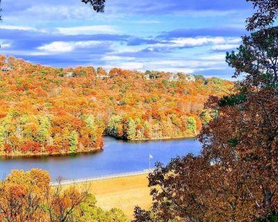 Couples Retreat with Hot Tub, Lake & Mountain Views in Big Canoe Luxury Resort - Big Canoe
