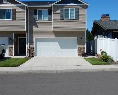 Townhouse move in ready 3 bedrooms/2 1/2 baths, loft, 1784 sq ft, fenced backyard