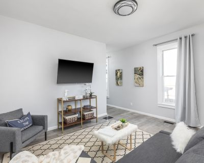 A Dog's Life | Dogs Welcome At Request! | 5 Mins to Downtown - Center Township