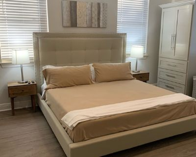 Modern and comfortable updated 1 bedroom Midtown Apartment. King bed and cable! - Mobile