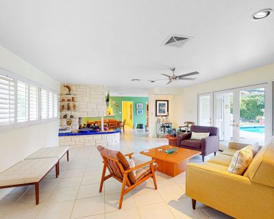 Sunny mid-century home with mountain views, private pool and spa - dogs OK! - Deep Well Ranch