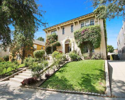 Charming, spacious suite with hardwood floors, steps to Larchmont Village! - Larchmont
