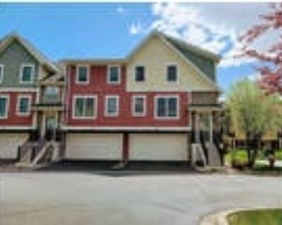 Gorgeous 4-bed 4-bath townhome in Woodbury with deck and family room