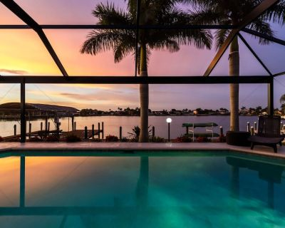 Modern, Luxurious, Waterfront home with Heated Pool - Villa Dock Holiday - Roelens Vacations - Eight Lakes