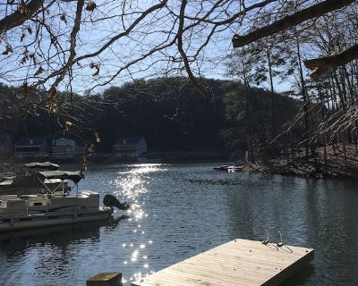 Lake Front in Cove.....Pet Friendly With Huge, Enclosed Water Level Deck - Waleska