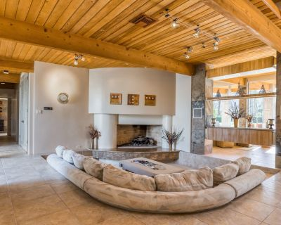 Luxurious home w/ expansive patio, open interior, gas fireplace, mountain views - Rancho Mirage