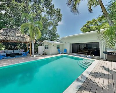 SOUTHERNMOST SWIM AND SOCIAL CLUB - With 6 Passenger Gas Golf Cart & 6 Bikes! - Midtown
