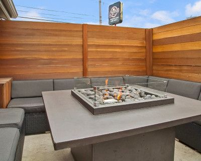 Gorgeous Private Patio - 4 Gas Firepits - Comfy Couch Seating - Tv's - Dog Friendly, Salem, MA