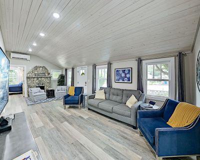 Black Mountain Cottage: Stylish Retreat w/ Hot Tub - Near Downtown - Ridgecrest